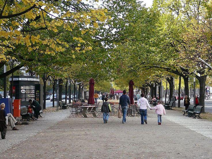 De bekende boulevard Unter den Linden (onder de linden) loopt door Oost Berlijn van de Brandenburger tor richting Alexanderplatz. Het is zeker de moeite waard om dit stuk van 2 kilometer te voet te ontdekken. Langs deze brede laan in Berlijn zijn veel belangrijke bezienswaardigheden te zien waaronder het nationaal museum, de Humboldt universiteit, de Berliner staatsoper en de Berliner dom.