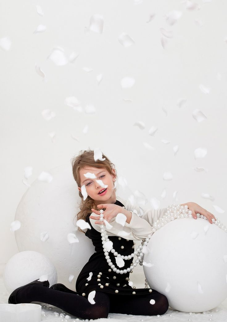 Noelle Vlasov,little girl ,it's snowing with petals,pearls,white globe