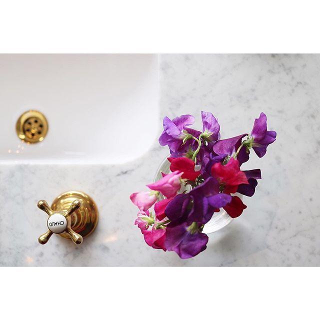 Marmor, messing og søde blomster er altid en skøn kombi. #tuesday #aquadomo_dk #bathroom #onspiration #copenhagen #hellerup