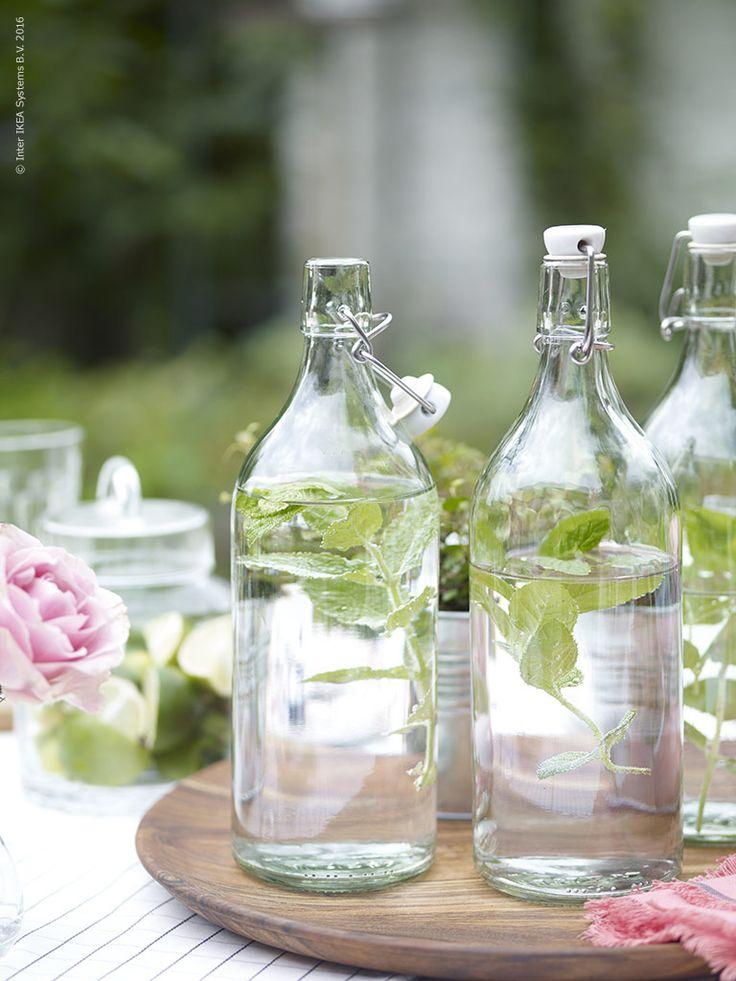 Små kvistar av mynta sätter smak på vattnet och är vackra att se på i KORKEN flaskor.