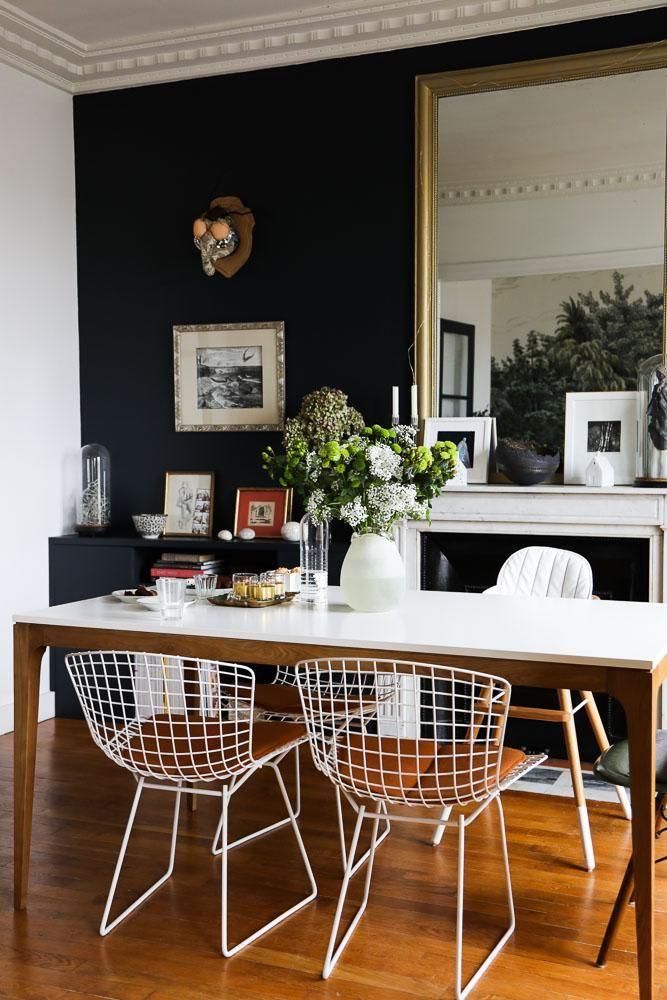Salle à manger Chaises Harry Bertoia Peinture Bleue Miroir Table Appartement Neuilly Amélie Colombet