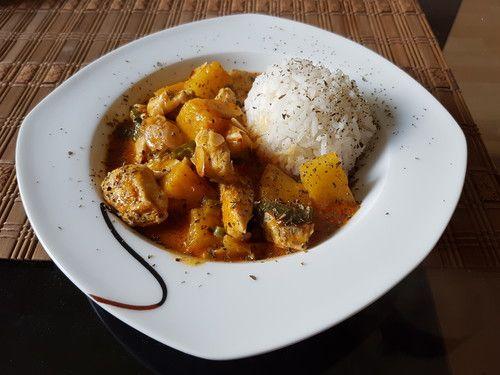 Hähnchen-Ananas-Curry mit Kokosmilch