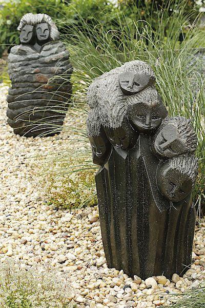Rodina od sochaře Costy Gunji, v pozadí socha Milenců sochařky Eliny Gosty.