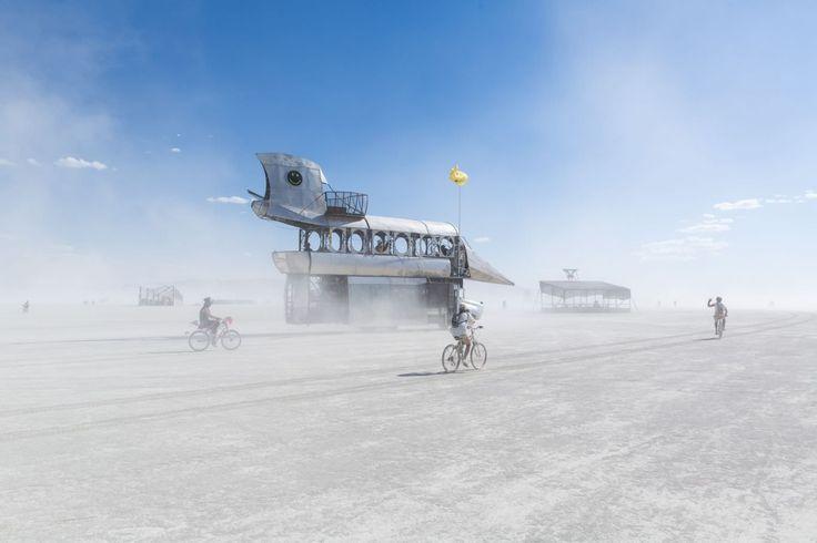 """O fotógrafo francês Matthieu Vautrin foi ao 2017 Burning Man e saiu de lá com uma bela série de imagens que permite que os expectadores mergulhem no festival mais louco da Terra. Entre instalações e pessoas que se misturam através de nuvens de poeira no deserto Black Rock em Nevada, nos Estados Unidos, a atmosfera do maior evento de """"contracultura"""" do mundo é perfeitamente atraente para o artista. Em 2017, o tema """"Ritual Radical"""", apresentou estruturas e esculturas impressionantes, ..."""
