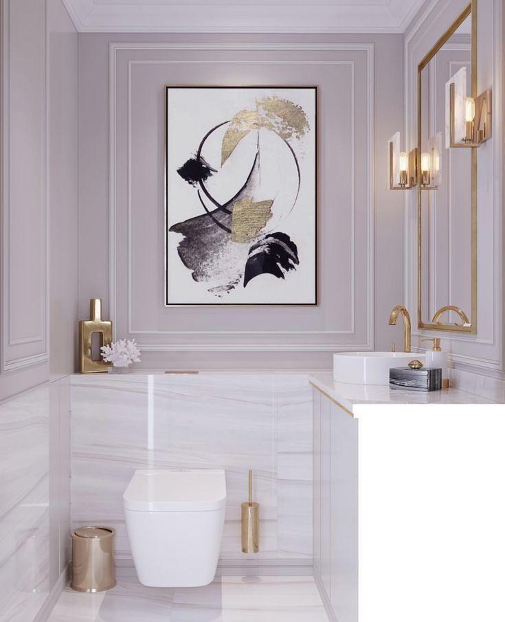 Badezimmer aus weißem Marmor, rosafarbene Wände, goldener Spiegel, Lampen, moderne feminine