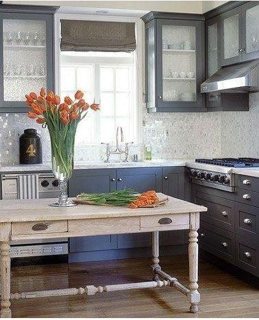 les meubles de cuisine sont peints avec un gris moyen la couleur bleu canard retenue - Meubles Cuisine Bleu Gris