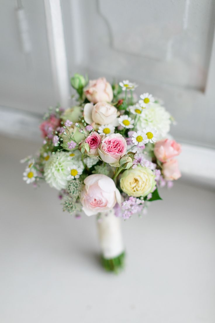 Rosen/Kamile Lovely roses and chamomile bouquet perfect for a spring time countryside wedding in Tuscany, Italy