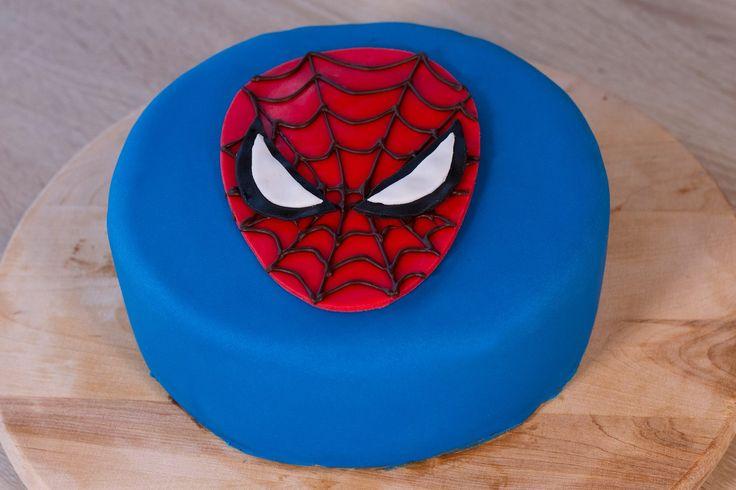 Pour faire un gâteau Spiderman en pâte à sucre, suivez le guide.
