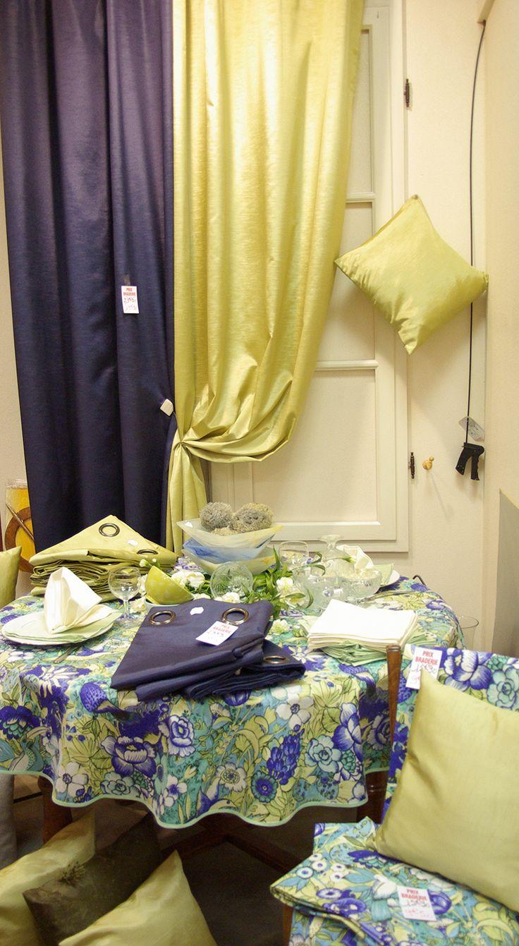 L'élégance des Taffetas : Doubles rideaux taffetas 140x260 polyester. Nappe fleurie Ø160 coton. Coussins 40x40. Serviettes de table coton 40x40.