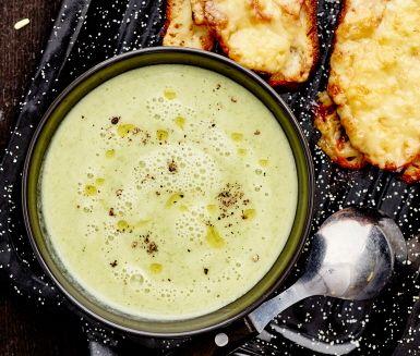 En värmande, vitaminrik och god broccolisoppa som serveras med ljuvligt goda varma smörgåsar med smält ost och rökig skinka. Detta är en superbra rätt att bjuda på en mörk och kylig höstkväll då den både är lättlagad och mättande. Smaklig måltid.