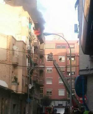Justo a tiempo...Buen trabajo del equipo de escalera V22 que se ha jugado el tipo. Enhorabuena por el rescate al turno 2 de los Bomberos del Ayuntamiento de Alicante.