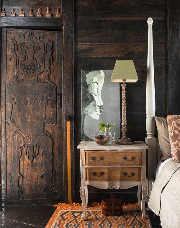 Фрагмент основной спальни. На двери этническое изображение с символикой защиты. Картина написана Екатериной Алабиной. На…