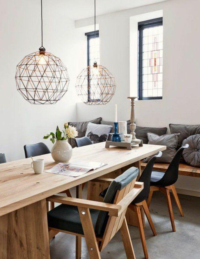 salle de sejour moderne table en bois clair et lustre design moderne en fer forgé
