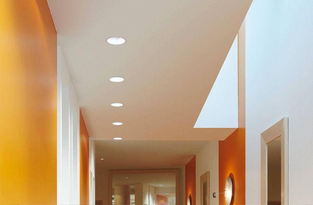 Il corridoio non ha quasi mai una sua illuminazione naturale e per questo illuminare in modo corretto questo ambiente è indispensabile.