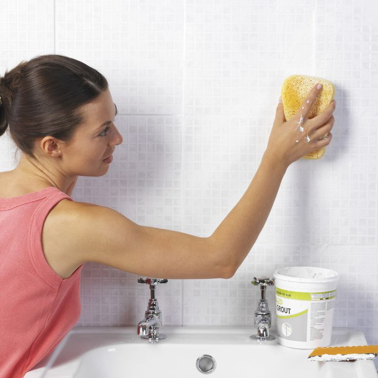 Hongos Azulejos Baño:Women Cleaning Bathroom
