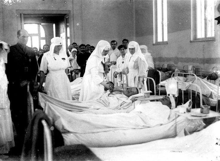 Regina Maria în vizită într-un salon de spital