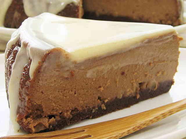 混ぜるだけ♪カフェモカ♡チーズケーキ 粉無しで作るとっても濃厚なカフェモカのチーズケーキ♪ チーズの酸味、コーヒー&チョコ、シナモンの風味、ホワイトチョコソースのまろやかさ♡ 色んな風味と食感が味わえる、ほろ苦な大人味のチーズケーキができました(^-^)♪ れっさーぱんだ 材料 (18センチ丸型(底取)) クリームチーズ 250g サワークリーム 90g 生クリーム(ホイップOK) 200cc 卵(Lサイズ) 2個 インスタントコーヒー 10g 純ココアパウダー 10g ラム酒 大さじ2杯 上白糖 90g バニラオイル(あれば) 数滴 ◎薄力粉 100g ◎上白糖 30g ◎純ココアパウダー 15g ◎シナモン 2g ◎アーモンドプードル 15g ◎サラダ油 30g ◎バニラオイル(あれば) 数滴 クルミ(細かく刻む) 25g ☆ホワイトチョコ 45g ☆シナモン 少々 作り方 1…