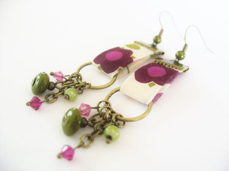 Ces boucles doreille montées sur des supports en métal couleur bronze sont composées de biais en tissu liberty, de perles kakis et vertes, de perl...