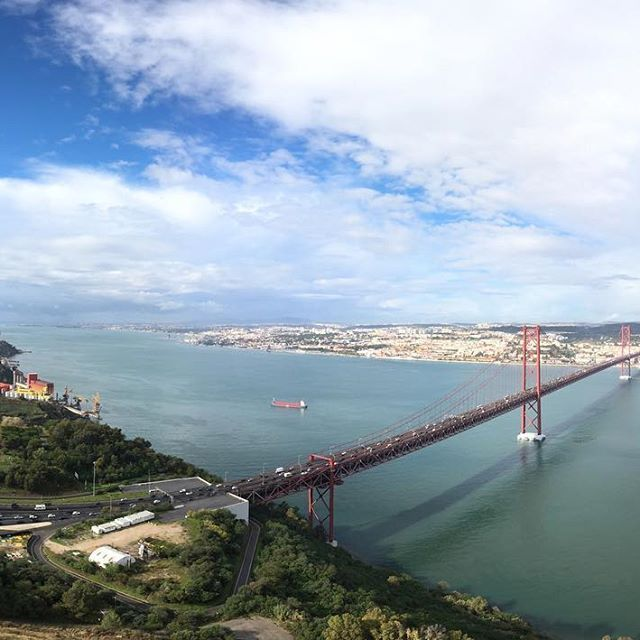 Il ponte del 25 Aprile che collega Almada con Lisbona. Scattata con DJI GO & OSMO MOBILE IPHONE 6s ———— #lisboacool #lisboalive #lisboa #ig_lisboa #travel #traveller #portugal #lisboapt #lisboacool #visitportugal #inspirational #vscoportugal #igeraportugal #worldcaptures #travelling #beautifuldestination #portugal_de_sonho #portugaloteuolhar #portugaldenortasul #toplisbonphoto #almada #cristorei #djigo #djiosmomobile #dji #osmomobile #iphone6s #panorama #panoramic #landscape #bbphotos
