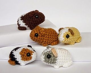 I love guinea pigs! These are so cute. The free baby guinea pig pattern is available on Ravelry.The pattern is made by Kati Galusz