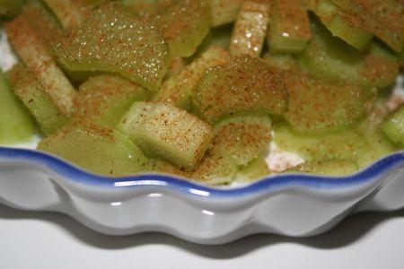 Rabarberpaj ca 5- 6 rabarberstjälkar 1 msk potatismjöl 1/2 dl strösocker kanel Pajsmeten: 150 gram smör/margarin 1/2 dl sirap 1 dl grädde 2 dl vetemjöl 2 1/2 dl havregryn 1 tsk bakpulver 2 dl strösocker  Gör så här: Sätt ugnen på 175 grader. Skala rabarberna med potatisskalare, skär i … Läs mer