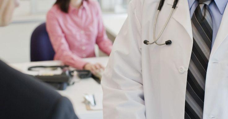 O que é a artrite periférica?. A artrite periférica geralmente é encontrada em indivíduos que sofrem de colite, uma doença inflamatória intestinal, ou doença de Crohn, embora você possa apresentar esta condição individualmente.