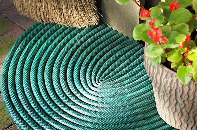 Recycled Garden Idea: Make a doormat with old garden hoses! birdsandblooms.com