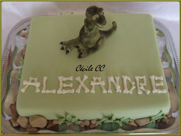 Bonjour, aujourd'hui c'est le grand jour, monsieur Alexandre a 11 ans et comme promis je vais vous montrer le gâteau qu'il a apporté à l'école pour l'occasion. Gâteau d'anniversaire dinosaure avec un modelage T-Rex en 3D Dinosaur birthday cake with sugar...