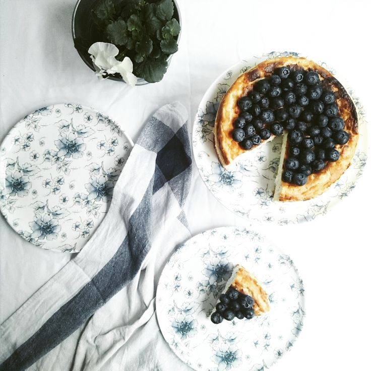 ricotta cheesecake with cococnut and blueberries