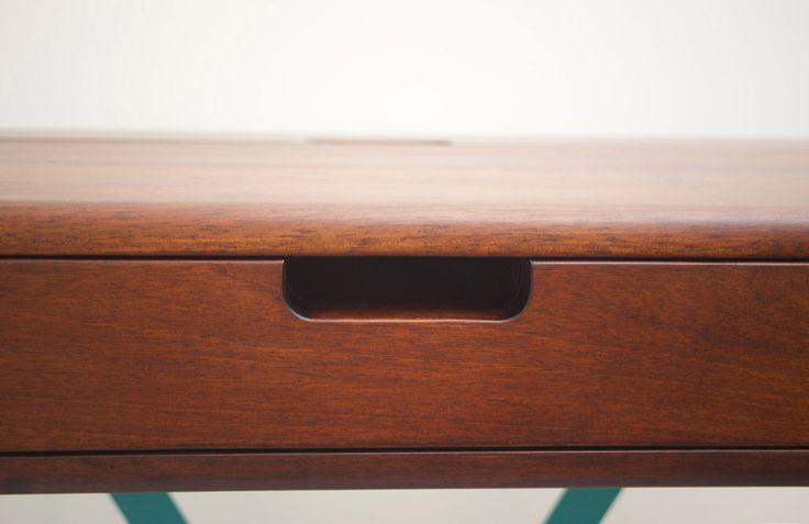 Bureau 1020 Desk System, noyer et métal vert turquoise thermolaqué #Desk #Bureau