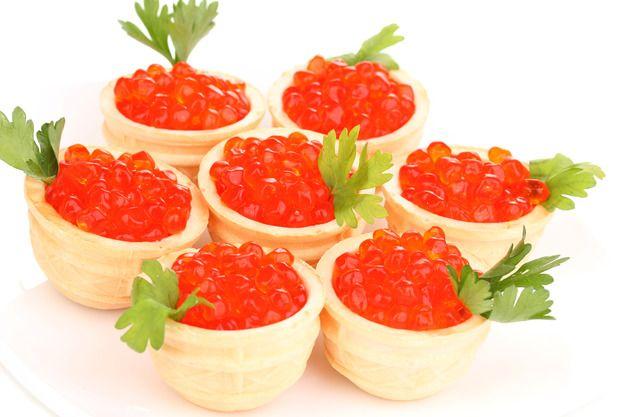 Что такое тарталетка, из какого теста ее приготовить, какими начинками стоит заполнить корзиночки, какие продукты лучше сочетать друг с другом.