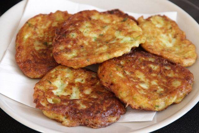 ✿ ❤ ♨ Pırasalı Mücver / Malzemeler: 1 kg pırasa 2 adet yumurta 4 yemek kaşığı un 4 yemek kaşığı beyaz peynir 1 demet maydanoz 1 su bardağı sıvıyağ 1 tatlı kaşığı un 1 kg domates salçası 2 diş sarımsak 1 tatlı kaşığı toz şeker 2 tutam tuz 2 tutam karabiber 3 yemek kaşığı sıvıyağ (6 Kişilik - 30 Dakika)