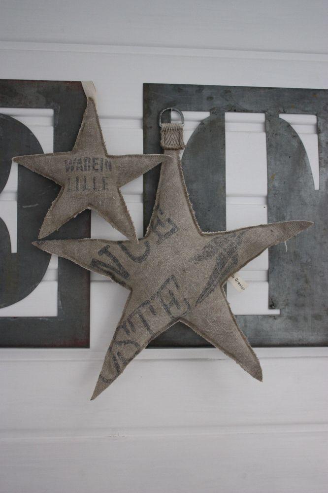 Etoiles confectionnées dans de la toile ancienne provenant d'un ancien sac La Poste et de chanvre naturel pour l'arrière.Petits liens ou anneaux pour les suspendre.rembourrées avec des fibres synthétiques, anti acariens.Grande étoile : 40 cm de large.Petite étoile : 23 cm de large.A suspendre sur une porte, au plafond à l'aide de fil de pêche pour un Noël esprit récup, matières naturelles...Création Le Grenier de Ninon.2 lots disponibles dans l'ordr...