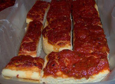 Tout le monde connaît la pizza froide aux tomates vendue à l'épicerie. Vous savez, celle qui est grande et rectangulaire, emballé dans un pl...