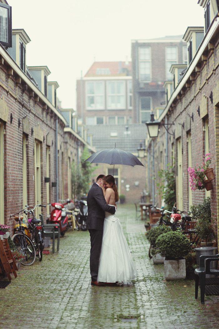 bruidspaar in de regen in Utrecht