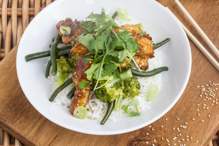 Aziatische kip met honing, rijst en broccoli