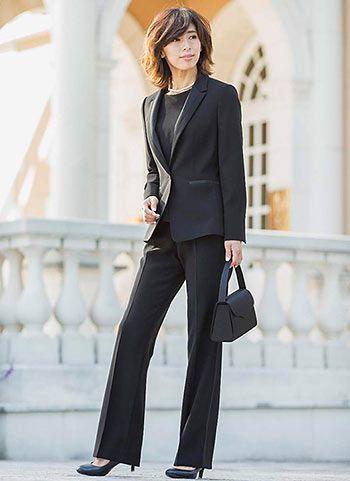 凛とした印象に仕上がる黒スーツは定番♪40代アラフォー女性のパンツスーツのコーデ♪