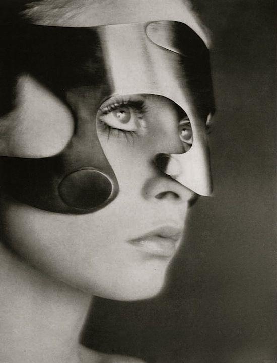 Twiggy wearing mask by Emanuel Engaro, Vogue, 1968 (Richard Avedon)