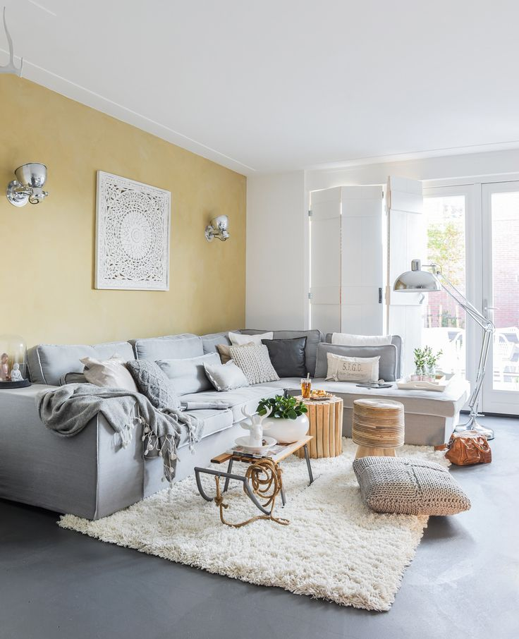 Eline (26, docent lichamelijke opvoeding en interieurontwerper/styliste) woont met Maarten (25, werkzaam in de installatietechniek) in een nieuwbouwhuis in jaren dertig stijl in Zwaag. Ze wonen er sinds 1 jaar en hebben een woonoppervlakte van 110 vierkante meter. | Flairathome.nl #FlairNL