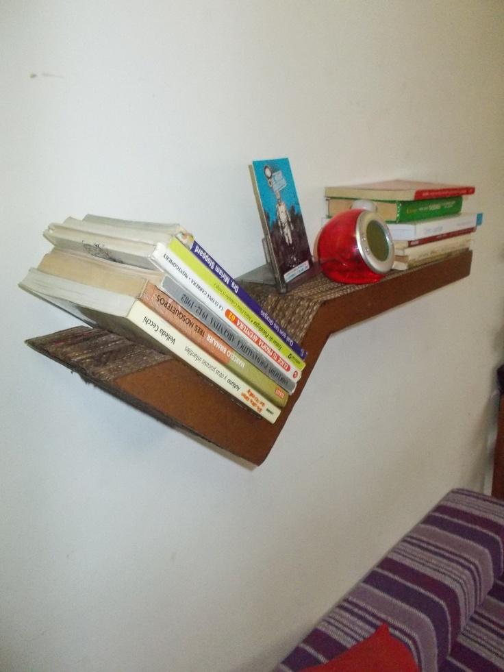 Estante flotante de dise o en carton p biblioteca for Estantes de carton