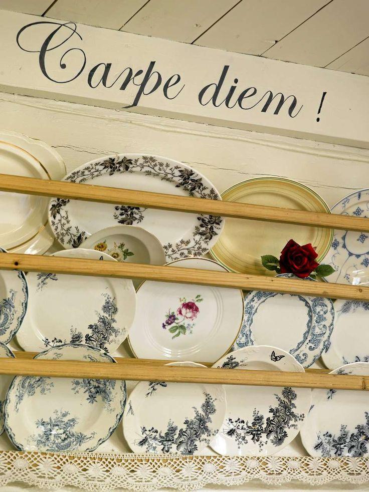 PÅ UTSTILLING: En lekker tallerkenhylle er både praktisk og dekorativt. Heng opp dine fineste tallerkener og få en personlig veggdekor på kjøkkenet.