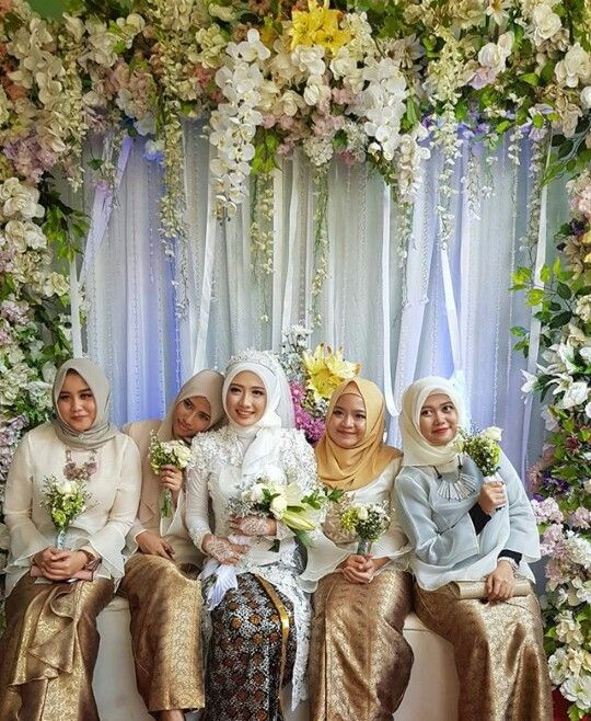 Indonesia wedding... Suka banget nuansa bunga dan aq suka rok yang di pakai teman2nya.... Simple tapi elegan ig (lusiana_salon)