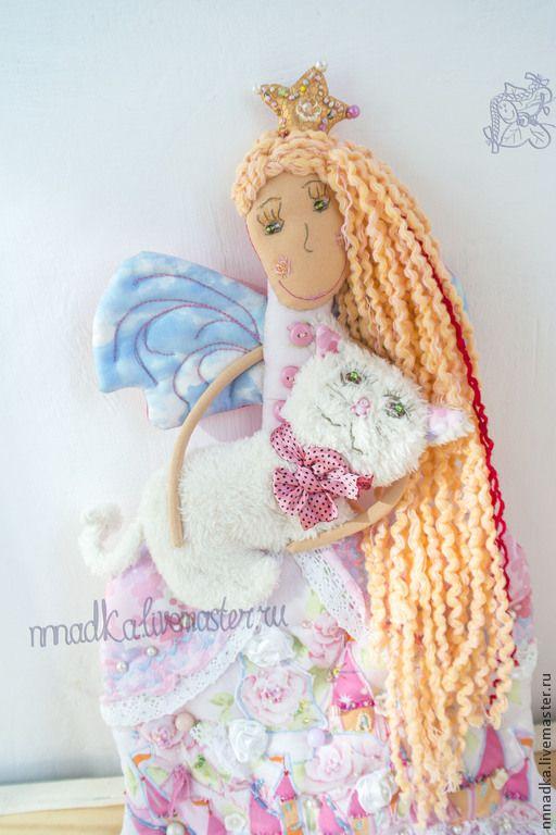 Купить или заказать Розовая Принцесса, Белая Кошка в интернет-магазине на Ярмарке Мастеров. Спецзаказ для маленькой любительнице всего розового и мимимишного.... она принцесса, фея... цветовая гамма розовый от светлого до темного... немного голубого... волосы длинные русые до пояса, любит заплетать косички на ночь, чтобы они утром завивались, глаза зеленые темные... две пряди волос выкрашены в ярко-медный красноватый цвет... любимый мультик - 'Холодное сердце', персонаж Эльза.... …