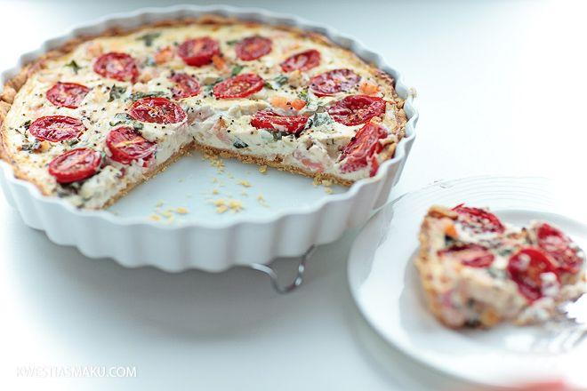 Tarta z pomidorkami i krewetkami w białym sosie z mascarpone i kwaśnej śmietany.