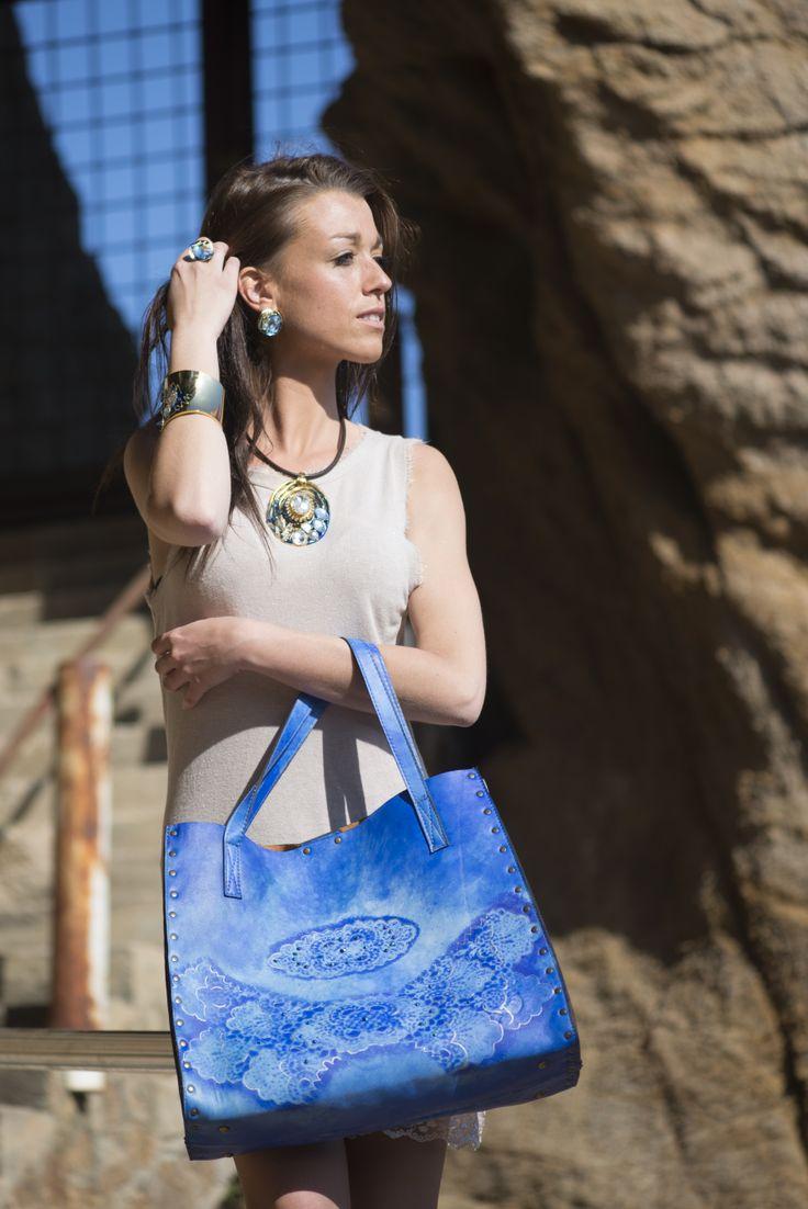 Bolso azul con strass. http://www.conxipuig.com/bolsos_exclusivos.html/bolso_azul_strass.htlm