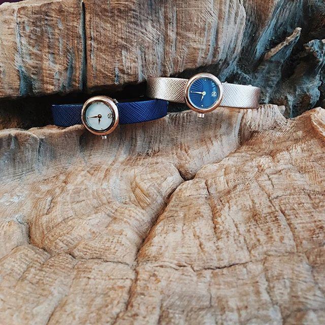 Удивительно, как меняется образ в зависимости от настроения выбранного аксессуара 👌🏼 И даже классический и деловой наряд может быть выглядеть совершенно по-другому благодаря замене, например, ремешка у наших часов-трансформеров в золоте ✨ Посмотреть все варианты дизайна циферблатов можно на нашем сайте www.qwill.ru в разделе #BASIC #часы #watch #watches