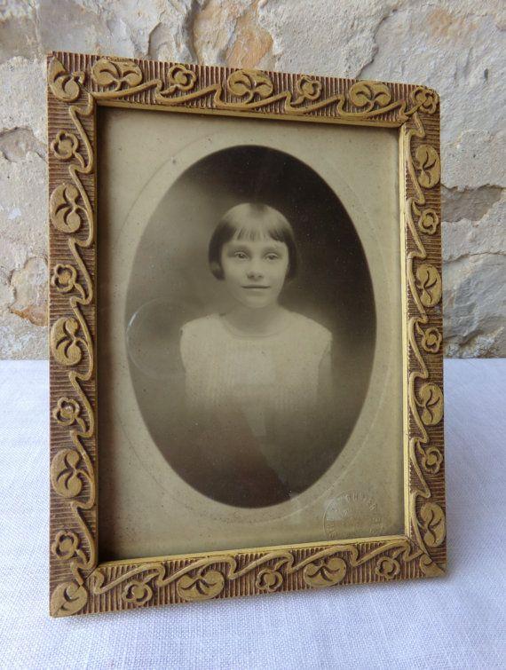 Franse vintage portret, foto van jong meisje, doopsel souvenir, ingelijst.  Dit is een mooie foto van een jong meisje draagt een witte jurk en op zoek ingetogen. Ze heeft een zoete glimlach en ziet er een beetje zenuwachtig van wordt gefotografeerd. Niet verwonderlijk aangezien deze foto werd genomen in een studio naar aanleiding van een zeer speciale gelegenheid voor haar en haar familie - haar doop.  De berg van de foto is in reliëf met de naam van de Franse studio die deed het portret…