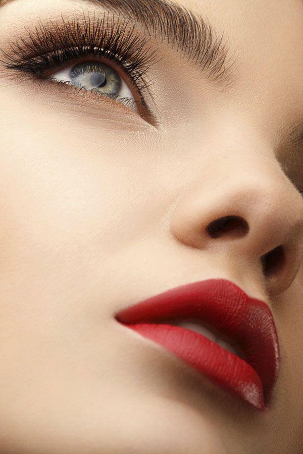 Kaum etwas strahlt mehr Sinnlichkeit aus, als leuchtend rote Lippen. Damit diese besonders verführerisch wirken, gibt's hier ein paar Tipps und Tricks, wie rote Statement-Lippen perfekt geschminkt werden.