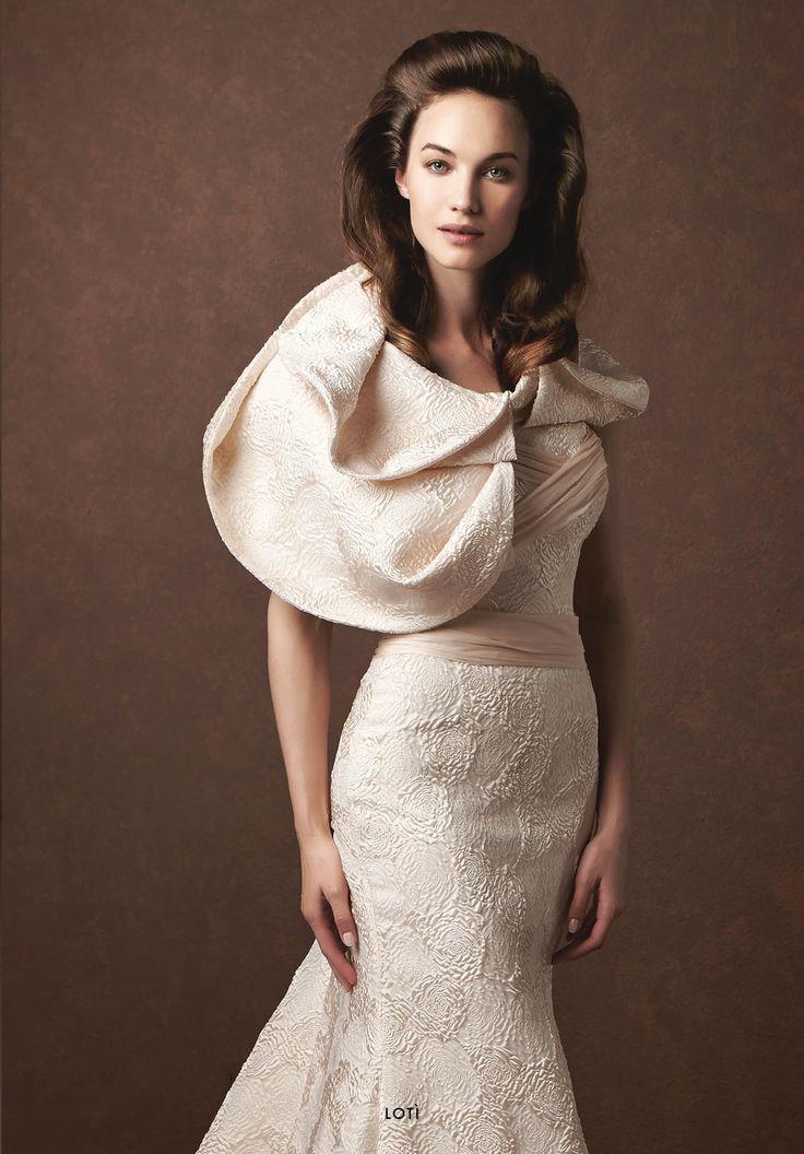 Collezione Signature 2015 - Elisabetta Polignano: Abito da sposa cipria con ricami e mantellina #wedding #weddingdress #weddinggown #abitodasposa