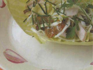Koolsalade ala Sonja Bakker Ingrediënten 400 gr witte kool zeer fijn gesneden 1 bosje bieslook fijn gesneden 1 krop sla, nerf verwijderen en in kleine blaadjes handje rozijnen 4 eetl. yofresh 200 gr gerookte kip in blokjes 1/2 citroensap 1/2 eetl. grove mosterd zout en peper(vers gemalen) Bereiden Meng de groenten en de rozijnen in een kom, maak een dressing van yofresh,citroensap, mosterd en breng op smaak met zout en peper.Roer door het groente mengsel. Echt verrukkelijk!